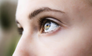 Возрастные изменения: как убрать мешки под глазами, нависшее веко, морщины вокруг глаз 004 9 300x185 - клиника VIdnova