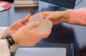 «Примерьте» новую грудь: как и какой имплантат подобрать? 1.jpg.pagespeed.ce .PvNAmWVhn  300x197 - клиника VIdnova